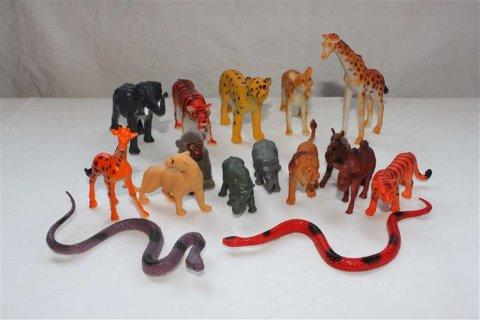 erilaisia muovi eläimiä pikku lahjoiksi lasten synttäreille