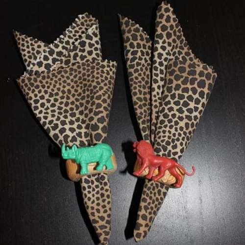leopardikuosiset lautasliinat ja eläin lautasliinarenkaat