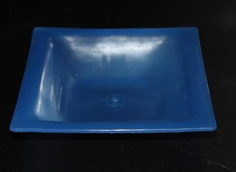 sininen neliönmallinen muovilautanen