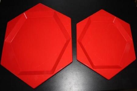 punaiset tarjoilulautaset 2 eri kokoa