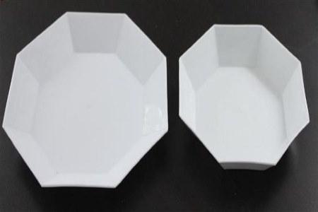 valkoisia tarjoilulautasia 2 eri kokoa